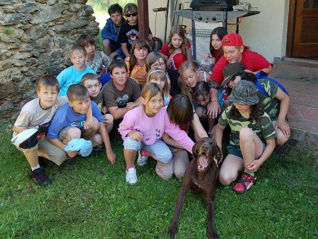 Děti z černošínské základky (na snímku) nám společně s fenkou ohaře ochotně zapózovaly.