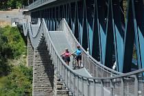 Nová lávka pro pěší a cyklisty u železničního mostu přes Hracholusky