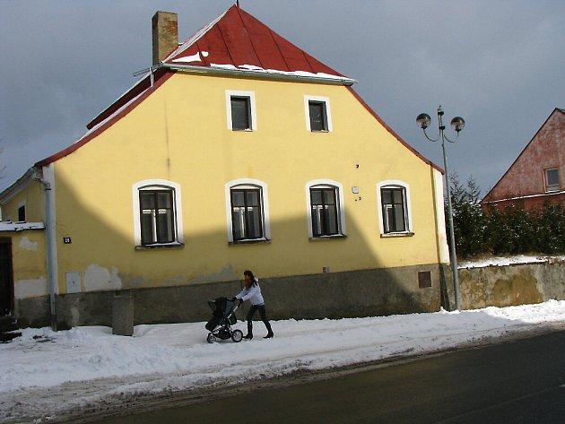 Budování nového muzea z bývalé fary v Černošíně.
