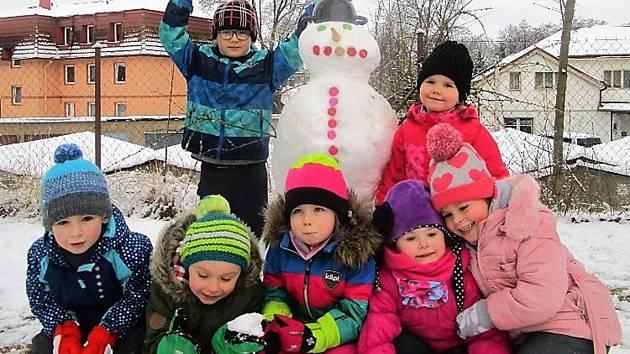 KONEČNĚ SNÍH, TAK SI LIBOVALY DĚTI z mateřinky v Sadové ulici v Tachově. Místo dopolední procházky po městě se tentokráte vypravily na zahradu mateřské školy a postavily první sněhuláky. Na řadu ale přišla také koulovaná a jízda na kluzácích. Nechyběly š
