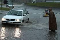 Přívalový déšť zatopil ulice Tachova