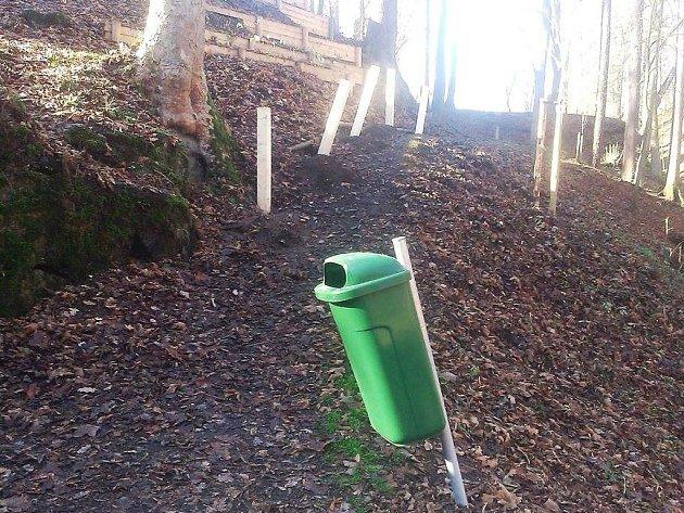 Základy nově budovaného zábradlí a odpadkových košů v městském parku, který prochází rekonstrukcí, se staly minulý víkend cílem útoku neznámých vandalů.