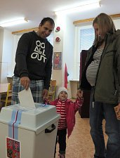 Ve Stříbře šla volit i maminka před porodem