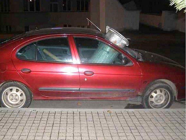 Nádobu na odpad kdosi prohodil přímo na místo spolujezdce v osobním automobilu.