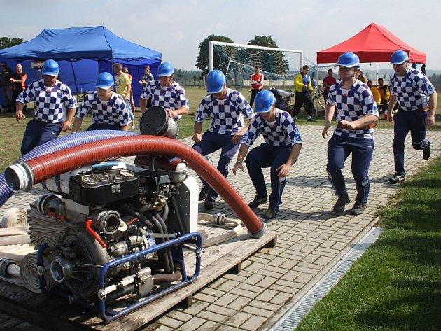 Právě odstartovalo ke svému prvnímu pokusu družstvo Sboru dobrovolných hasičů Kostelec, tedy hostitelé. Kostelečtí hasiči skončili v konkurenci více než dvou desítek družstev na šestém místě.