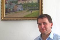 STAROSTA MĚSTA Jan Soulek obdržel obraz od Vlasty Burešové, na kterém jsou vykreslené Bezdružice. Ještě před válkou, se svými rodiči, v Bezdružicích bydlela a její otec je autorem tohoto obrazu. Věnovala tak městu jedinou vzpomínku na mládí.