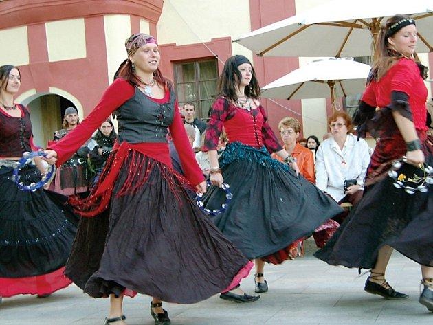Na zámku v Bezdružicích své umění stovce návštěvníků předvedly i členky borského tanečního kvarteta Mericia. Od hostů se jim dostalo velkého potlesku.