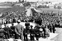 Poválečné shromáždění při pietní akci na tachovské Mohyle.