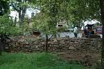 Dobrovolníci z několika zemí světa pomáhají obnovovat stezky v oblasti Michalových Hor i plot bývalé fary, také odkryli cestu ke kostelu.