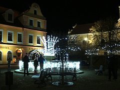 S vánočním stromem rozsvítili nově i fontánu