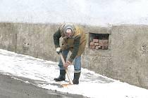 Osmdesátiletá Marie Marková uklízí sníh před svým domem už padesát let a nijak jí to nevadí.