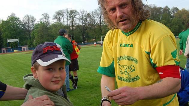 Frontman Kabátů Josef Vojtek se podepisoval fanouškům při pátečním fotbalovém zápase v Tachově.