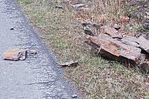 Ze skály u Milíkova se občas uvolňují kameny, které padají do silnice.