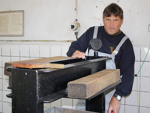 JIŘÍ SMRČKA nám v sobotu v plánské moštárně předvedl práci s moštovacím lisem.