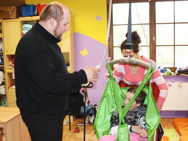 Ve Středisku Víteček v Černošíně pobývají v denním stacionáři těžce postižené děti. Existence zařízení je nyní vážně ohrožena