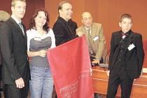 Iva Pelcová (na snímku druhá zleva) s organizátory soutěže a dalšími českými výherci.