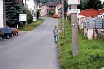 V horní části ulice Petra Jilemnického v Tachově zcela chybí chodníky. Lidé proto musí chodit po vozovce, což ohrožuje jejich bezpečnost.