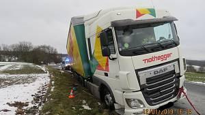 Pod kamionem se zhroutila krajnice.