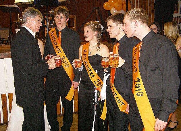 Maturanti si donesli oranžové šerpy