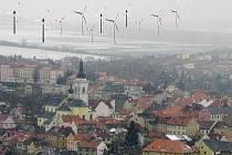 Fotomontáž ukazuje, jak by mohlo vypadat panorama Stříbra po výstavbě větrného parku za severozápadní částí města směrem na Těchlovice a Otročín. Snímek města byl pořízen v zimním období, poměr velikosti stožárů k okolí zhruba odpovídá skutečnosti.