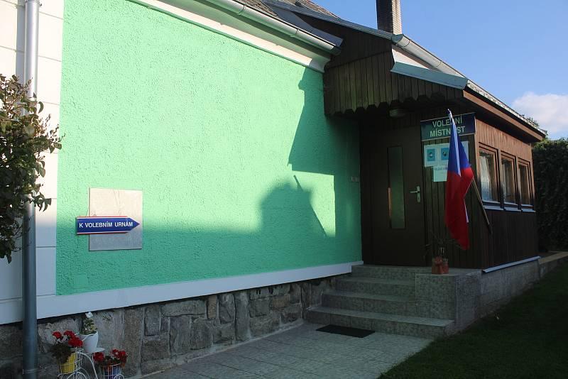 Volební komise v Žebrákách sedí v rodinném domku paní Vaňátkové.