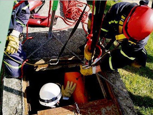 Záchranáři si museli poradit se stísněnými prostory.