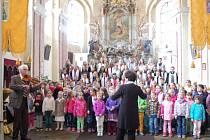 V ZÁVĚRU koncertu k svátku matek se představily tachovský i chebský soubor společně.