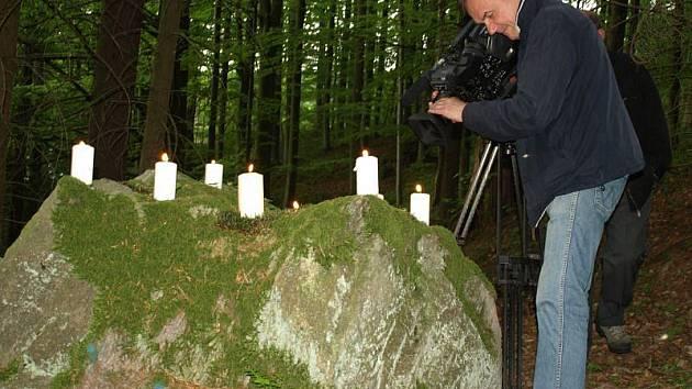 OŽIVLÁ LEGENDA. Televizní štáb připomene svíčkami divákům legendu o čtrnácti svatých pomocnících, podle kterých získaly Světce své jméno.