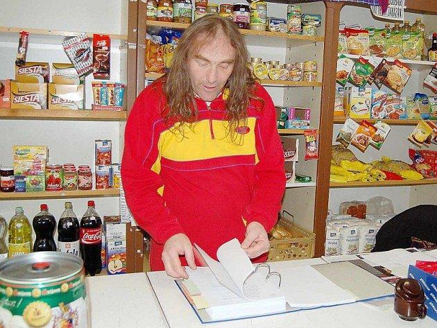 PRVNÍ VÝDEJNÍ MÍSTO NA TACHOVSKU. Provozovatel ošelínského koloniálu a nově také poskytovatel poštovních služeb Daniel Topinka ukazuje prováděcí manuál od České pošty.