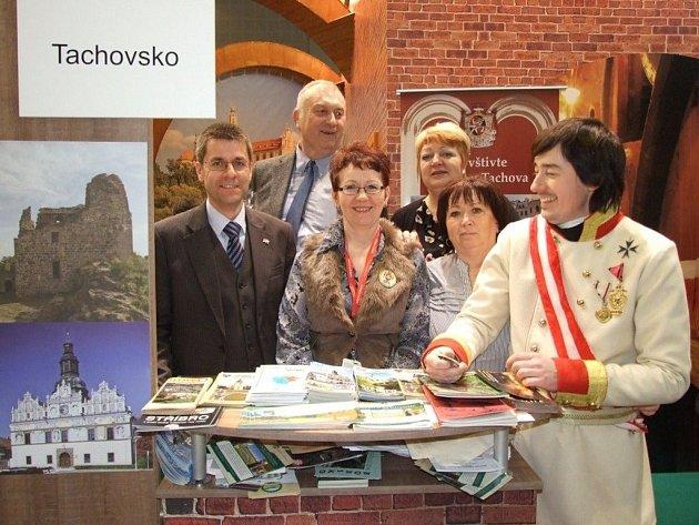 TACHOVSKO zastupovali na Regiontouru pracovníci kulturního centra v Tachově. Na fotografii jsou společně se starostou Boru Petrem Myslivcem a tachovským zastupitelem Jaromírem Fořtem (zleva).