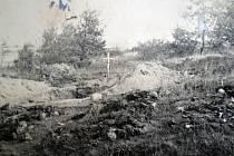 Autentické snímky z místa exhumací.