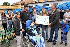 Rodina nemocného Filípka přebírá finanční dar.
