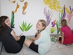 V pátek odpoledne začaly děti malovat velkoformátový obraz podmořského světa.