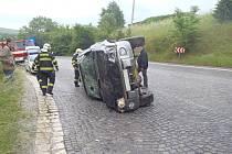 AUTO se převrátilo na bok ve Stříbře v pondělí dopoledne, řidič vyvázl bez zranění.
