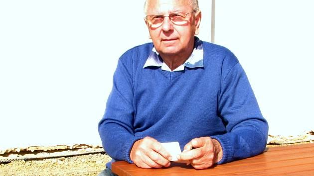 DLOUHOLETÝ VČELAŘ a předseda včelařů ve Stráži Oldřich Zeman. Včelaření se věnuje už bezmála čtyřicet let.
