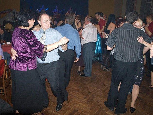 Podnikatelský ples navštívily stovky lidí.