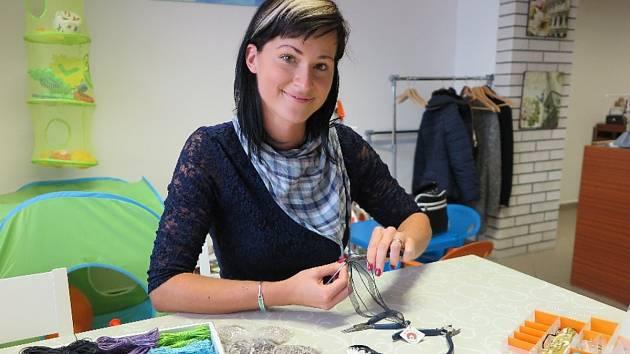 HANA VESELÁ si ruční práce vybrala už v základní škole. Dnes ručně vyrábí smaltované šperky.