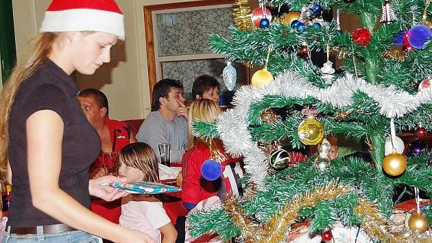 Štědrý večer nastal ... v sobotu v podvečer v jídelně kempu na Sycheráku. Nechybělo nic, co ke slavnostní vánoční atmosféře patří