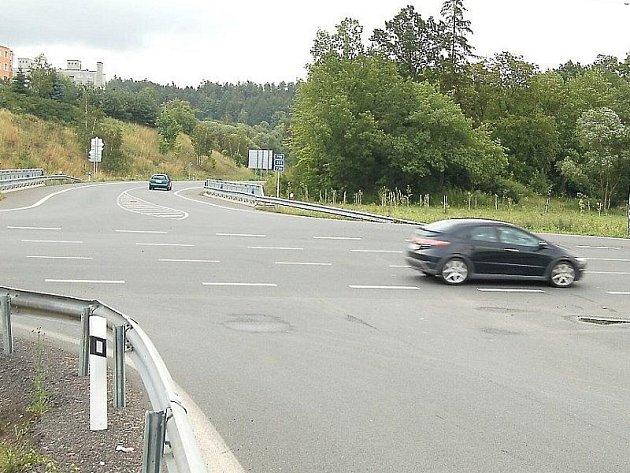 Řidiči upozorňují na nesrovnalosti na plánské křižovatce.