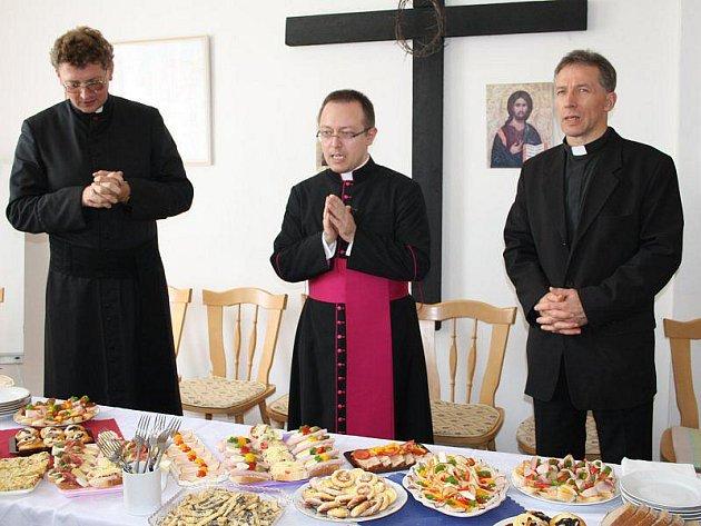 Zleva: tachovský farář Václav Vojtíšek, pracovník státního sekretariátu ve Vatikánu Marcel Šmejkal a tachovský kněz Sergej Ilnitskij.