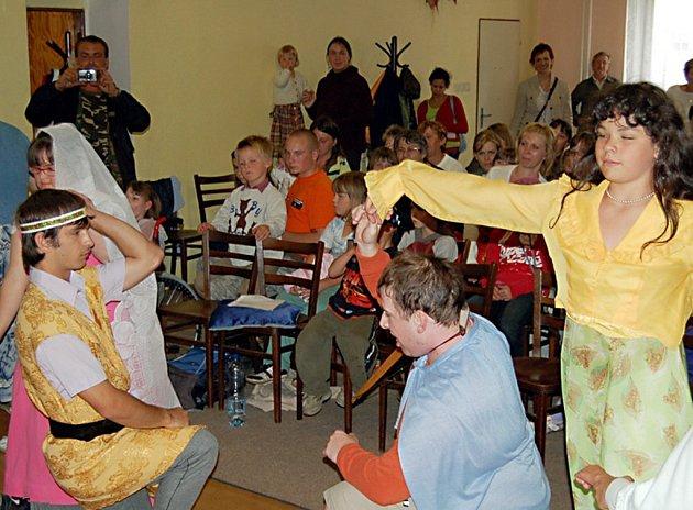 Postižené děti zahrály pěti desítkám návštěvníkům pohádku Popelka.