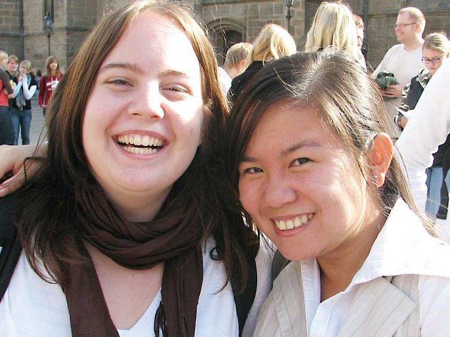 Studentka tachovského gymnázia Hai Van Tran (vpravo) při vítání se studentkou z weidenského gymnázia.