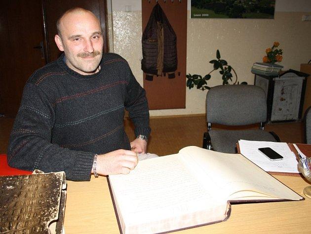 Starosta obce Lesná David Ölveczki nad obecní kronikou, která se v novodobé historii obce píše od roku 1966