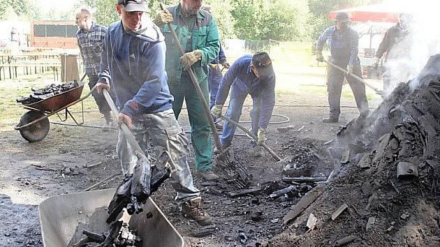 Ve Vernéřově u Aše rozhrabali členové spolku letošní milíř na dřevěné uhlí. Jen zvonilo