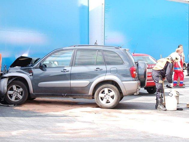 Nehoda dvou osobních vozů a kamionu.