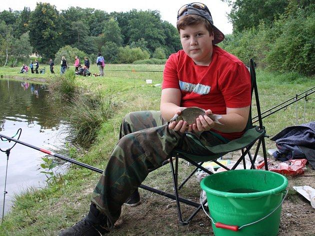RYBÁŘ Marcel Vlček nachytal převážně plevelné ryby, prý nejvíce berou na rohlík.