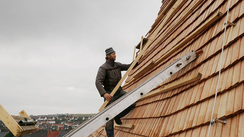 Středověká hradební věž má novou střechu z modřínových šindelů