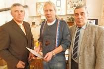 Předseda chovatelské organizace Antonín Stehlík (vlevo) předává bronzový odznak Jiřímu Švehlovi