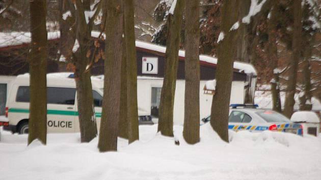 Tělo mrtvé, přibližně padesátileté ženy, bylo v úterý odpoledne nalezeno v pokoji ubytovny jedné firmy v Chodové Plané na Tachovsku.