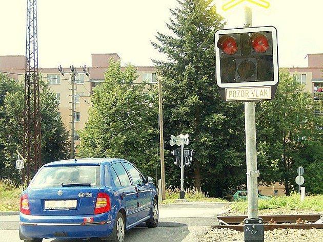 Obyvatele tachovského východního sídliště budí po čtvrté ráno nově instalovaná zvuková signalizace na železničním přejezdu.